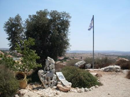 Minneslunden för numera nedlagda Kibbutz Eyal strax utanför Kochav Yair, som upprepade gånger attackerades av de lokala arabiska invandrare.