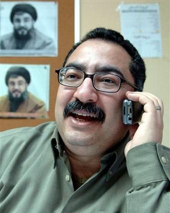 Ibrahim Essa framför bild på Hizbollahs ledare Hassan Nasrallah