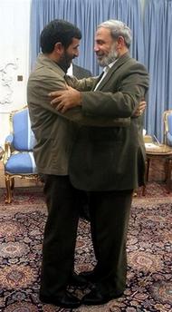 Mahmoud Ahmadinejad och Mahmoud Zahar kramas