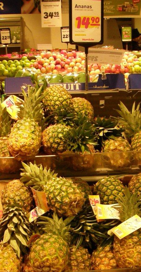 Honduransk ananas skyltas som costa ricansk. Hemköp, Stigbergstorget, Göteborg, 23 jan.