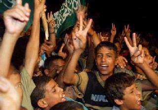Befolkningen i Gaza firar efter ett terrorattentat mot civila israeler