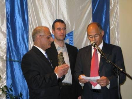 Michael Cohn (t h) presenterar Herzlpristagaren Torbjörn Karfunkel (mitten). Priset överlämnades av ambassadör Benny Dagan (t v).