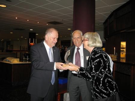 Annelie Enochson (kd), Jerusalempristagare 2008, delar ut Jerusalempriset för 2009 till Siewert Öholm.