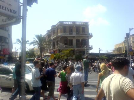 Magen David Square sedd från Sheinkin Street. Till höger syns ingången till Shuq HaKarmel.