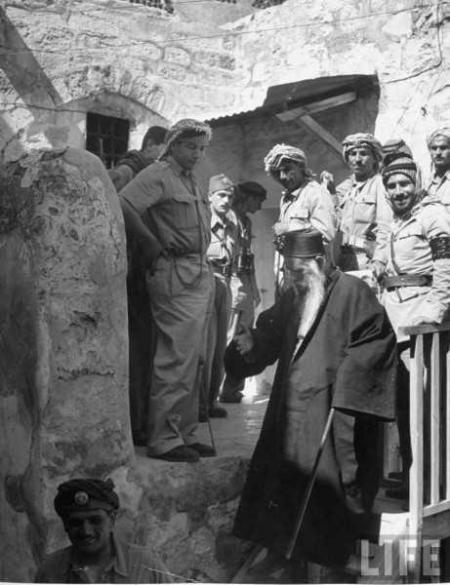 Juni 1948 - en sefardisk rabbin diskuterar villkor för Jerusalems judiska kvarters kapitulation med soldater från Arab Legion.