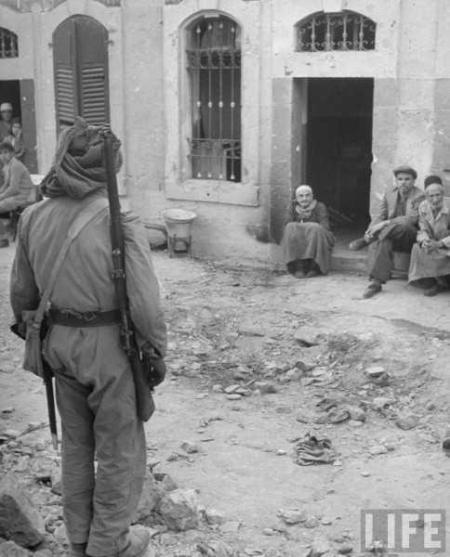 Juni 1948 - en soldat ur Arab Legion står vakt i Jerusalems judiska kvarter.