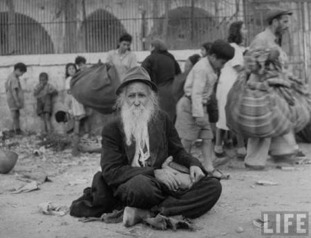 Juni 1948 - en gammal judisk man sitter på gatan efter stadens kapitulation.