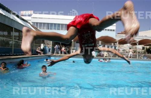 Palestinsk simbassäng i Hebron (foto Nayef Hashlamoun/Reuters)