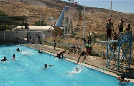 Palestinsk swimming pool i Jericho, Västbanken (AP)
